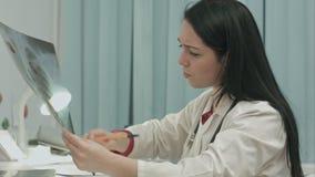 分析有些结果的女性X-射线技术员和 股票录像