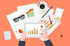 分析研究和报告关于纸板料,现代电子和移动设备 工作桌面顶视图 库存照片