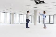 分析空的工作区的专家在新的办公室 免版税库存照片