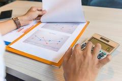 分析销售图表数据的人手背面图 免版税库存照片