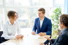 分析财务成果的商人在表附近在现代办公室 背景黑色五颜六色的概念玩偶小组工作 库存照片