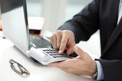 分析财务数据的商人的特写镜头照片 免版税库存图片