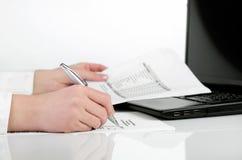 分析财务数据的女商人 图库摄影