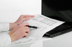 分析财务数据的女商人 库存照片