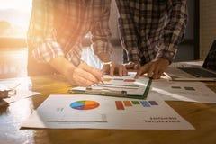 分析财政图的企业顾问表示progre 免版税库存图片