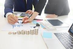 分析财政,财政规划事务的企业顾问 库存图片