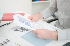 分析经济文件的商人 免版税库存照片