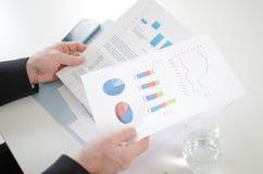 分析经济文件的商人 图库摄影