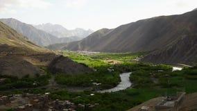 分离小山的植被的河 股票视频