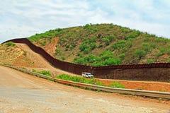 分离美国的边界篱芭从墨西哥在诺加莱斯,亚利桑那附近 免版税库存照片