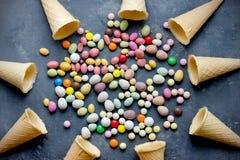 分类五颜六色的糖果、甜点和奶蛋烘饼锥体 免版税图库摄影