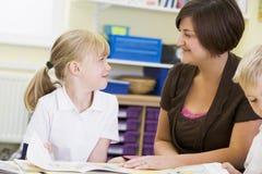 分类她的读取女小学生教师 免版税库存图片