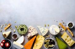 分类艰苦,不很软和软干酪用橄榄, grissini面包条,雀跃,葡萄,在灰色混凝土 免版税库存照片
