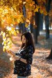 分行暂挂公园怀孕的结构树妇女 免版税库存照片