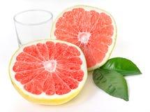 分裂半,与玻璃的成熟,有机葡萄柚。 免版税库存照片