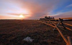 分裂在日出上面失去的水峡谷的栅栏在蒙大拿怀俄明状态行的普莱尔山野马范围 库存图片
