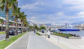 分裂城市的现代堤防在一个夏日 免版税库存照片