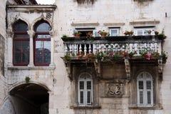 分裂的历史的部分的装饰石头阳台 库存图片