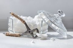 分裂的块糖和玻璃糖罐的老少年有l的 库存照片