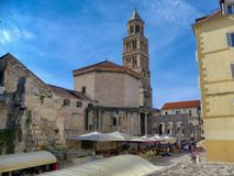分裂的Diocletians宫殿,克罗地亚 与Al壁画用餐和钟楼的一个街道场面 图库摄影