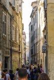 分裂,克罗地亚, 2017年10月01日:走和拍在狭窄的街道上的游人照片在分裂 免版税库存照片