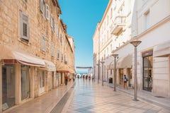 分裂,克罗地亚- 2017年7月11日:导致分裂城市主要散步区域的宽街道在与几乎没有人ther的金黄小时 库存照片