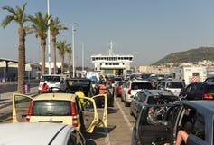 分裂,克罗地亚- 2017年8月19日:等待轮渡boardin的汽车 图库摄影