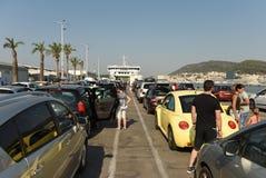 分裂,克罗地亚- 2017年8月19日:等待轮渡boardin的汽车 免版税库存照片
