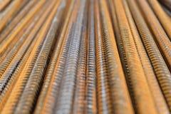 分部钢筋-生锈的垂直被堆积的铁或钢增强酒吧特写镜头  免版税图库摄影