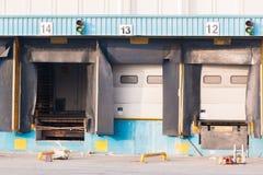 分配中心的空的装货场货门 免版税库存照片