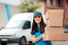 分配服务拿着许多纸板包裹的交付工作者 免版税库存照片