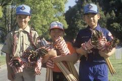 分配美国国旗的童子军 免版税库存图片