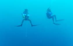 5分钟安全中止的两个潜水者 免版税库存照片