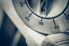 35分钟-一个模式镀铬物厨房定时器的宏指令在木T的 免版税库存照片