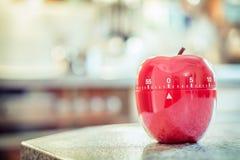 0分钟/1个小时-在苹果计算机形状的红色厨房蛋定时器 库存照片