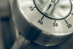 30分钟-半小时-一个模式镀铬物厨房定时器的宏指令在木表上的 库存照片