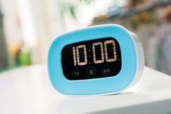 10分钟-在白色表上的数字式蓝色厨房定时器 免版税库存图片