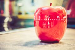 10分钟-在苹果计算机形状的红色厨房蛋定时器在工作台面 库存照片