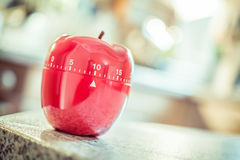 10分钟-在苹果计算机形状的红色厨房蛋定时器 库存图片