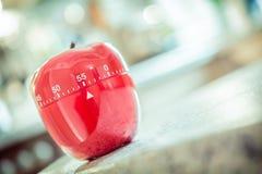 55分钟-在苹果计算机形状的红色厨房蛋定时器 库存图片