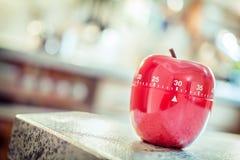 30分钟-在苹果计算机形状的红色厨房蛋定时器 免版税库存图片