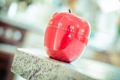 25分钟-在苹果计算机形状的红色厨房蛋定时器 库存照片