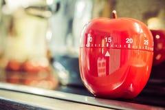 15分钟-在Cooktop的红色厨房蛋定时器在罐旁边 免版税库存照片