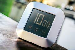 10分钟-数字式镀铬物在木表上的厨房定时器 库存照片