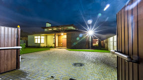 分隔的豪华房子在晚上-看法从外面 图库摄影