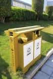 分类与烟灰缸的垃圾箱 免版税库存图片