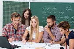 分组活动在教室 免版税库存照片
