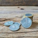 分类在老粗砺的布朗木头的硬币 免版税库存图片
