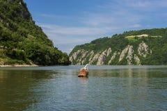 分离塞尔维亚和罗马尼亚的多瑙河峡谷 免版税库存照片