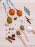 分类干香料白胡椒,小茴香,月桂叶,桂香, s 库存图片